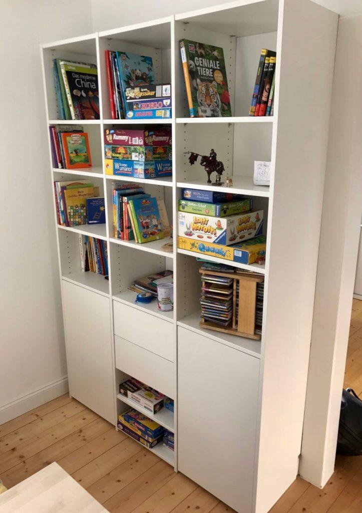 Möbel für Kinder: Schlichter und individuell gefertigter Schrank